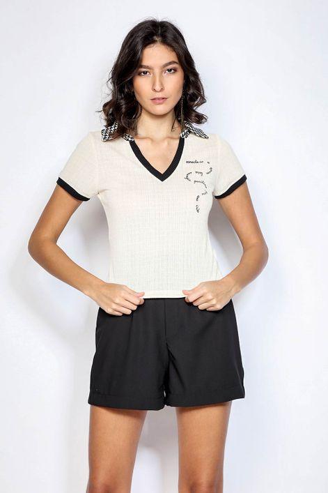T-shirt-decote-V-e-gola-xadrez-